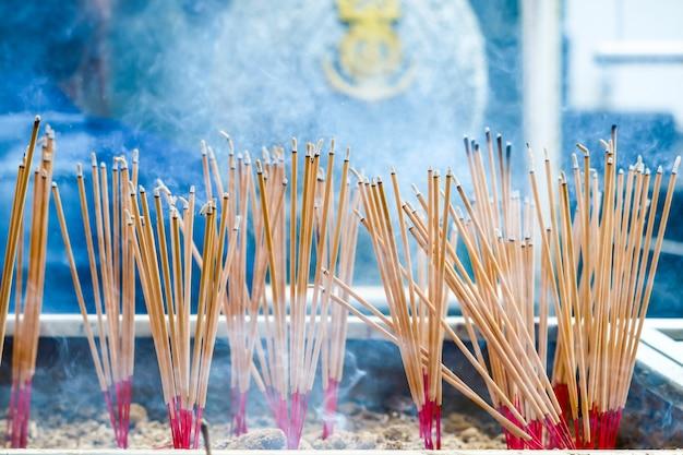 Branden wierookstok zijn religieuze overtuigingen die de discipelen aanbidding voor boeddha laten zien