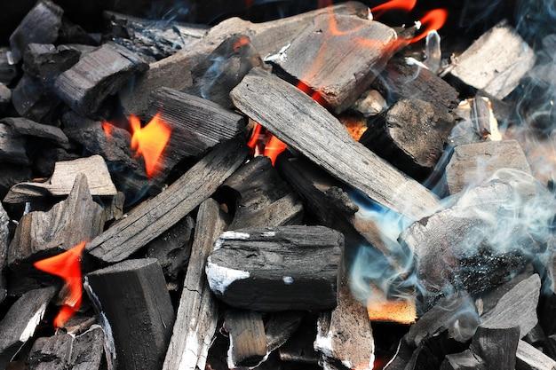 Brandend brandhout in de open haardclose-up