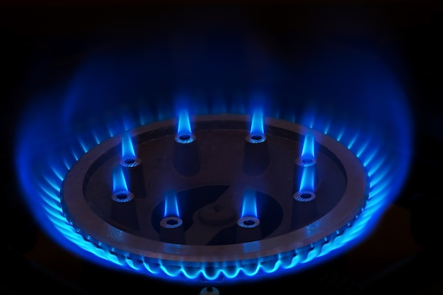 Brandend gas op het gasfornuis van de keuken
