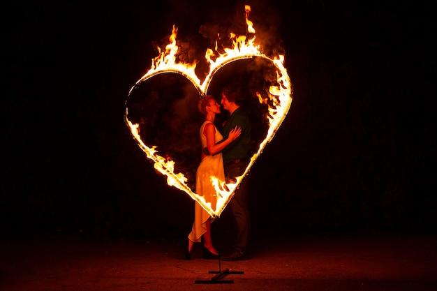 Brandend hart. twee geliefden knuffelen en kussen op valentijnsdag. Premium Foto