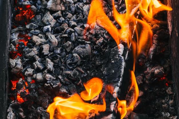 Brandend hout en hete rode kolen in het vuur