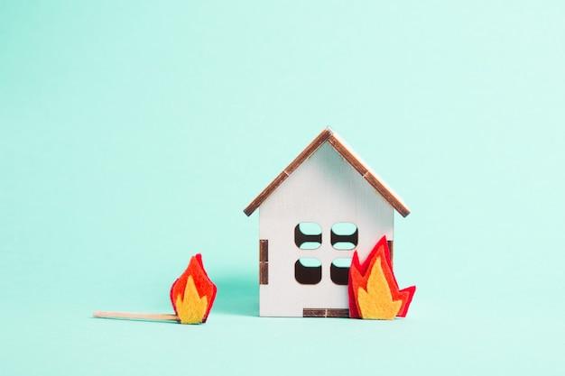 Brandend houten model van een huis