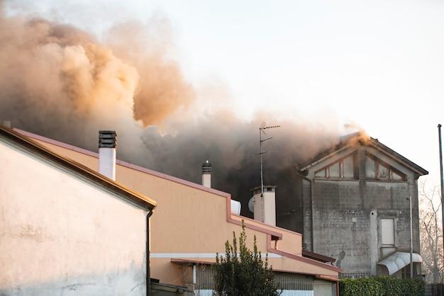 Brandend huisdetail in een italiaans dorpje tijdens de middag