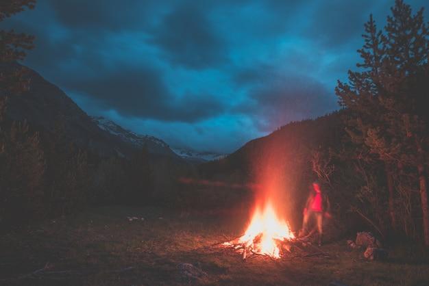 Brandend kampvuur in afgelegen lariks- en pijnboombos