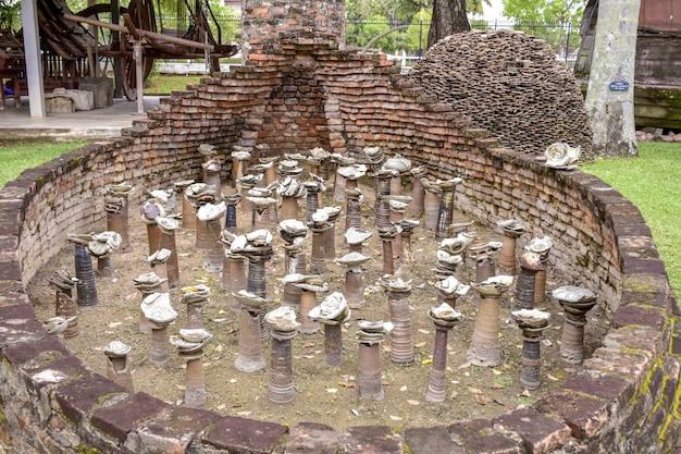 Brandend oud aardewerk in thailand