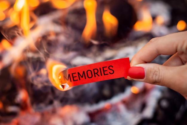 Brandend papier met inscriptie memories