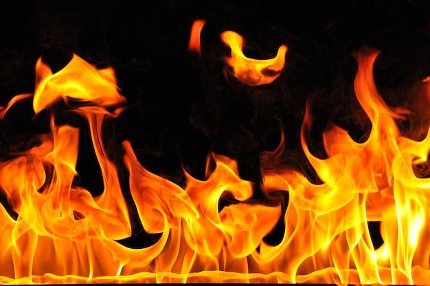 Brandend vuur op zwarte achtergrond