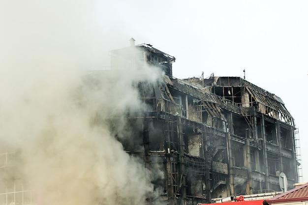 Brandend winkelcentrum of winkelcentrum met rook