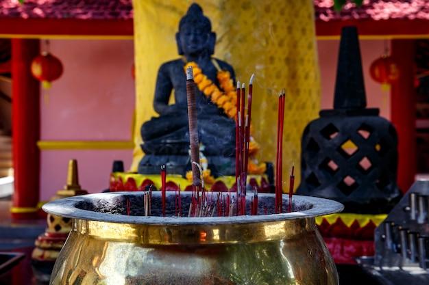 Brandende aromatische wierookstokjes. wierook voor biddende boeddha- of hindoegoden om respect te tonen.
