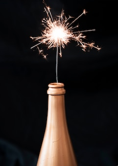 Brandende bengaals vuur in champagnefles