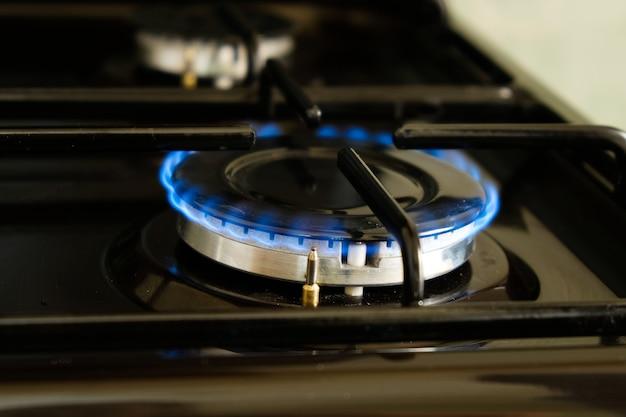 Brandende gasbrander met blauwe vlam
