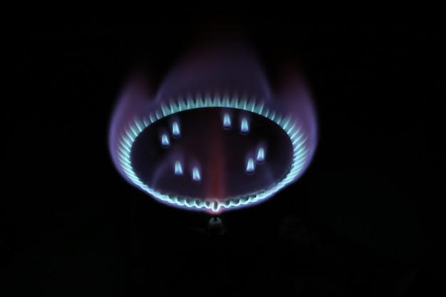 Brandende gasbrandervlam in de donkere mystieke romantiek