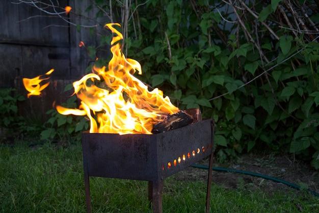 Brandende grill tegen de green