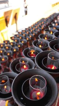 Brandende grote rode kaarsen in boeddhistische tempel in china