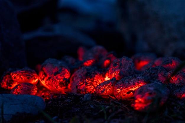 Brandende hete houtskoolbriketten, voedselachtergrond of textuur