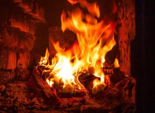 Brandende houtblokken in de open haard close-up, de natuurlijke kracht van het vuur
