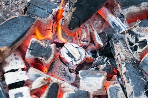Brandende houtskool in bbq grill pit