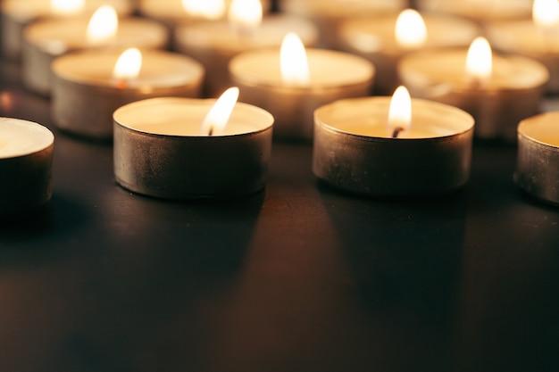 Brandende kaars op tafel in het donker, ruimte voor tekst. begrafenis symbool