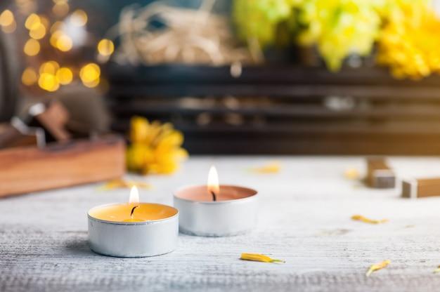 Brandende kaarsen, chrysant en verlichte lichten