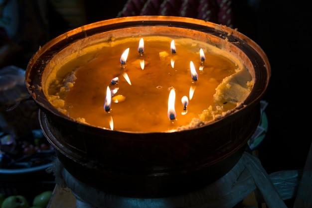 Brandende kaarsen in ani tsangkung nunnery, barkhor, lhasa, tibet, china