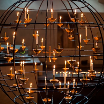 Brandende kaarsen in een kathedraal, storkyrkan, gamla stan, stockholm, zweden