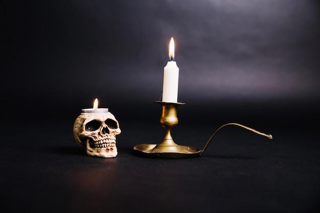 Brandende kaarsen in griezelige kandelaars