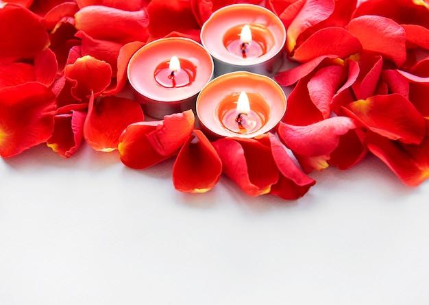 Brandende kaarsen in rozenblaadjes