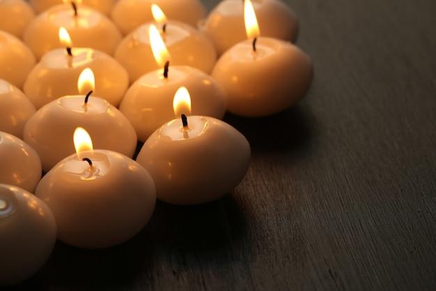 Brandende kaarsen op houten tafel close-up