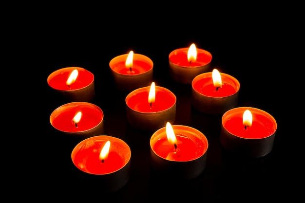 Brandende kaarsen op zwarte achtergrond