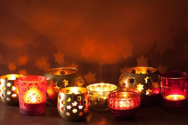 Brandende kerst lantaarns en decoratie lichten achtergrond