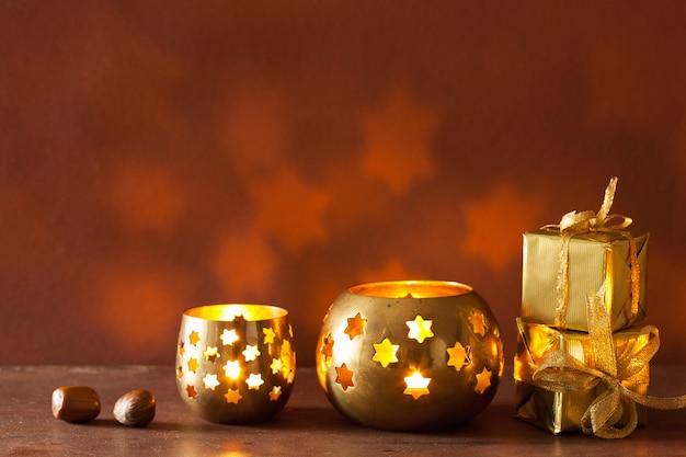 Brandende kerstlantaarns en geschenken