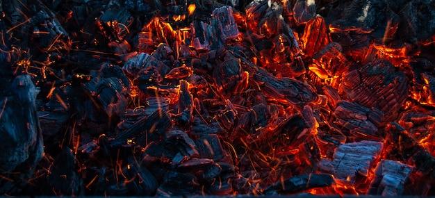 Brandende kolen in het donker