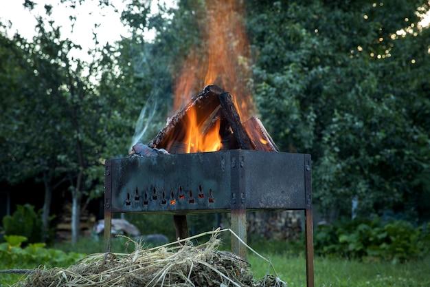 Brandende logboeken in een vuurpot. picknick tijd.