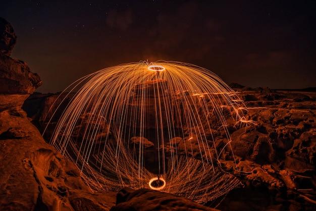 Brandende staalwol op de rots dichtbij de rivier.