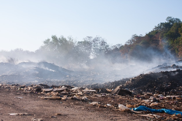 Brandende stapel vuilnis.