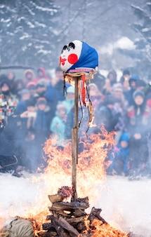 Brandende vogelverschrikker die de voorbijgaande winter symboliseert