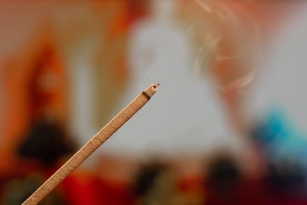 Brandende wierookstokjes met rook, jossstokjes branden in een vintage boeddhistische tempel