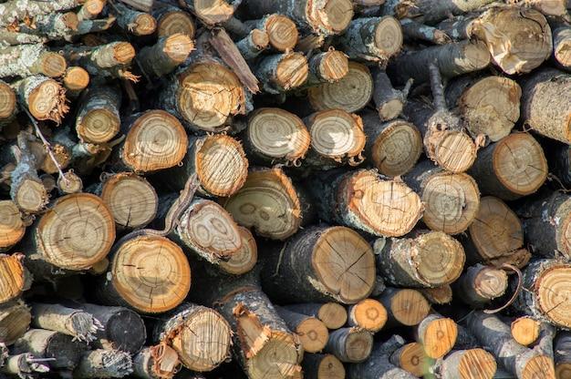 Brandhout achtergrond gehakt brandhout op een stapel close-up