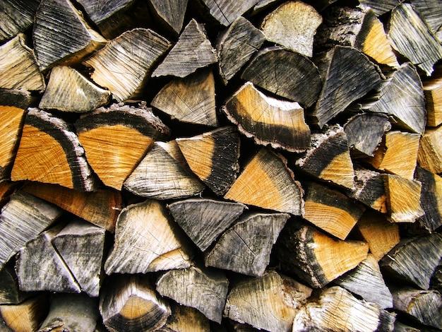 Brandhout achtergrond, stapels brandhout in het bos.