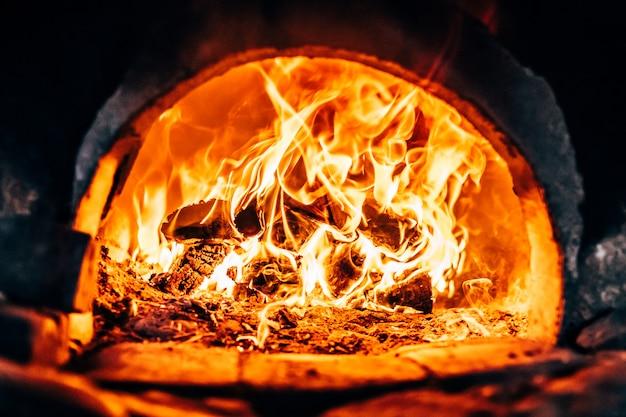 Brandhout branden bij de oven close-up
