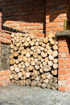 Brandhout gestapeld onder de stenen muur
