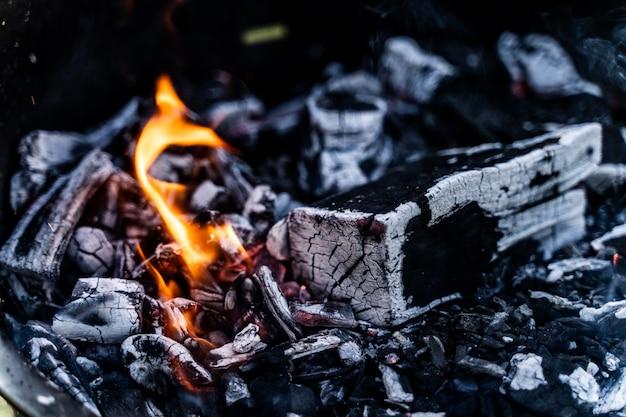 Brandhout in de open haard dicht omhoog, houtskool.