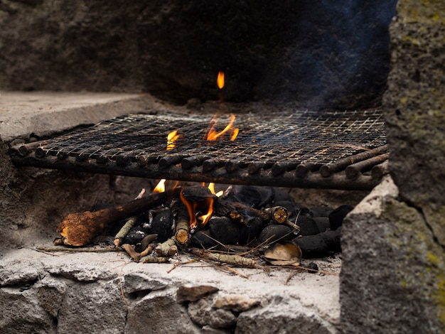Brandhout in kampvuurplaats met rook