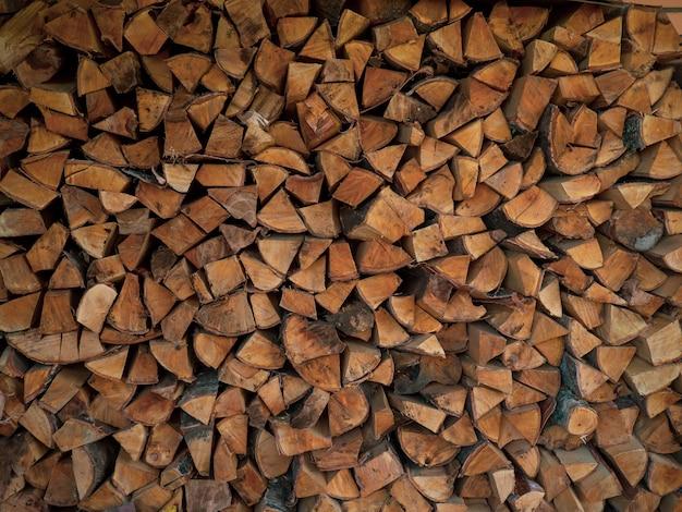 Brandhout textuur. stapel droog gehakte brandhout achtergrond