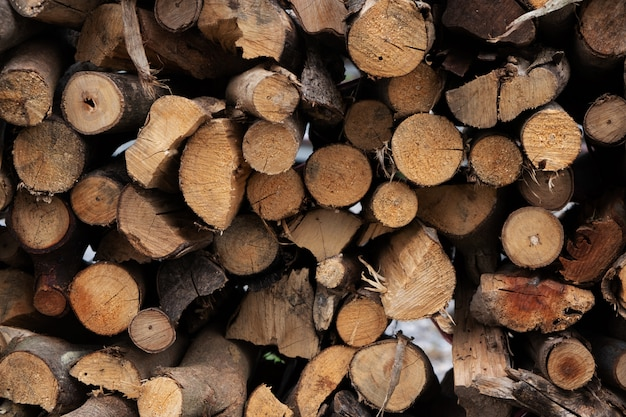 Brandhout voor de winter, stapels brandhout, stapel brandhout.