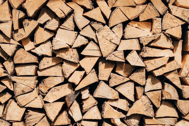 Brandhout voor uw ontwerp, achtergrond van droog gehakt brandhout in een stapel