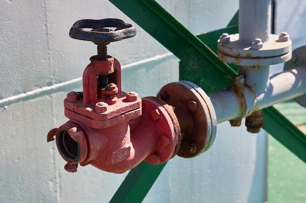Brandklep voor het aansluiten van een brandslang die wordt gebruikt om een brand op een tanker te blussen