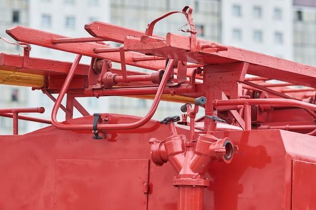 Brandkraan en ladder van oude brandweerwagen
