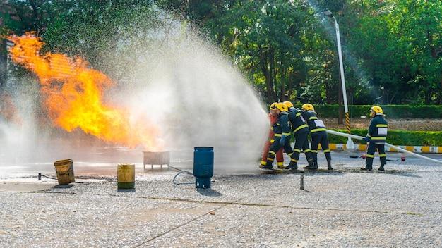 Brandoefeningstraining of brandweermanpresentatie in openlucht.