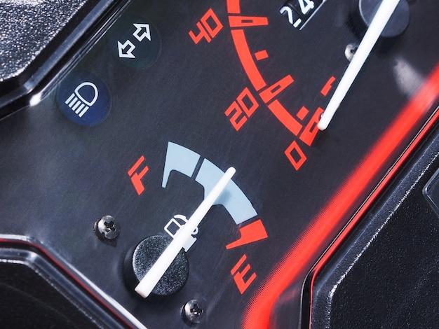 Brandstofmeter op dashboard van motorfiets